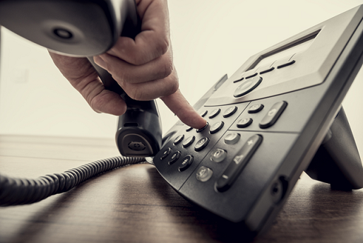 Männliche Hand hält einen Telefonhörer