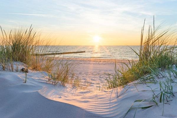 Blick auf Sonnenuntergang am Strand der Ostsee