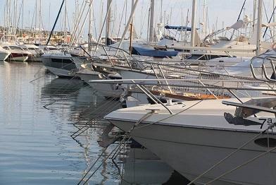 Mehrere Segelboote an der Costa Blanca in Spanien.